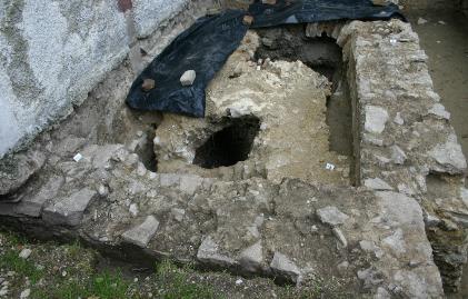 Kripták és sírok a templom alatt